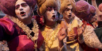 Integrantes de un conjunto carnavalero participan del desfile inaugural del carnaval uruguayo, en Montevideo. EFE