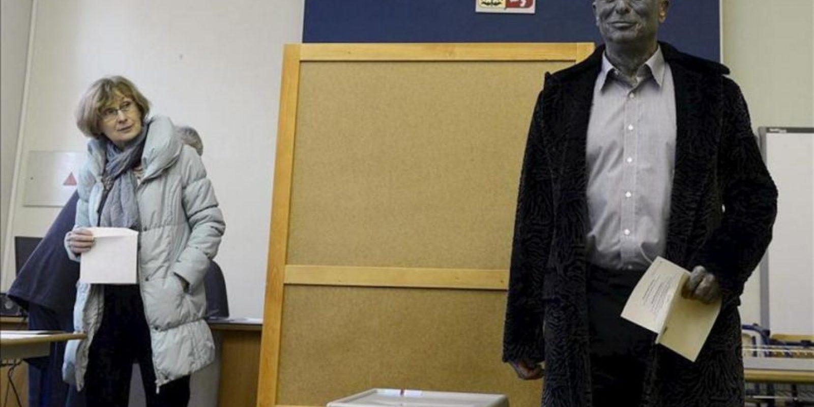 El artista, compositor y candidato a la presidencia checa, Vladimir Franz, vota durante la primera vuelta de las elecciones presidenciales en Praga, República Checa. EFE/Archivo