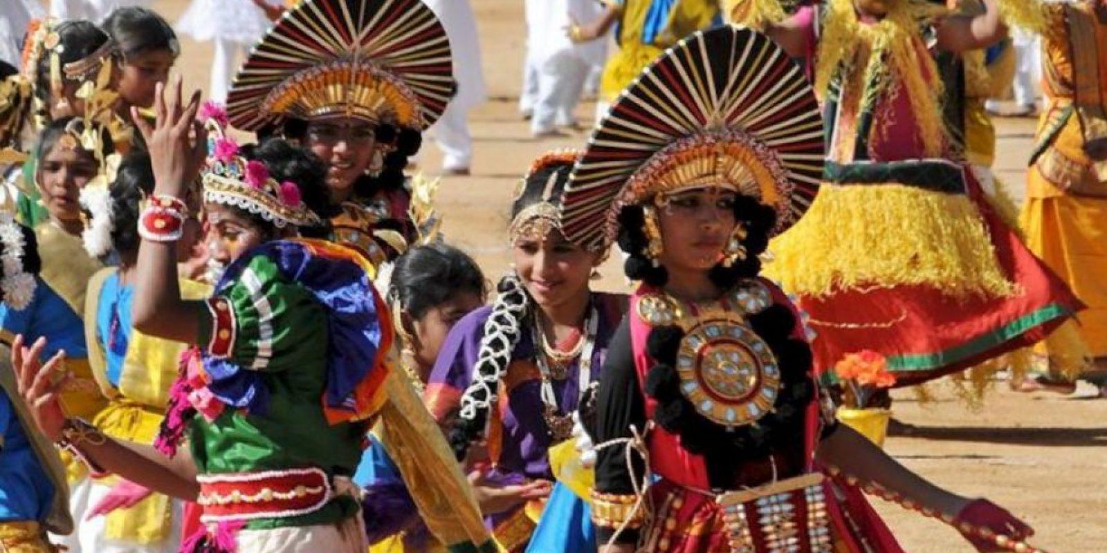 La India celebró hoy el día de la República, que conmemora la entrada en vigor de su Constitución (1950), con un desfile militar y cultural que contó con la presencia de sus principales dirigentes. EFE