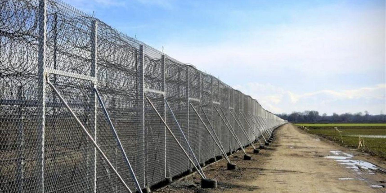 Muro de reciente construcción en la frontera greco-turca. La valla, de 10,3 kilómetros de longitud, 4 metros de alto y coronada por alambre de espino, ha sido elevada sobre las huertas que antes hacían de frontera entre estos dos países. EFE