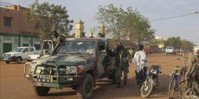 Fuerzas malienses por la ciudad de Sevare, Mali ayer. EFE