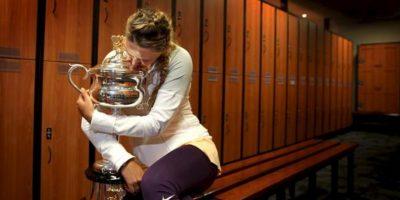Victoria Azarenka posa con la copa que le acredita como campeona del Abierto de Australia, hoy, tras vencer a la china Li Na en Melbourne. EFE