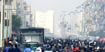 Vista general de gente en las calles de Port Said, hoy. EFE