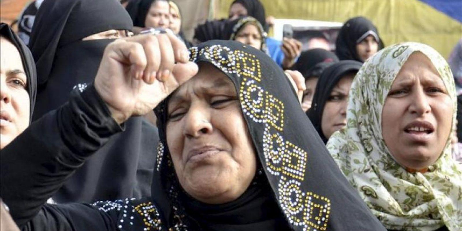 Familiares de las personas que han sido recomedadas por el tribunal penal para la pena de muerte por la masacre en el estadio de esa ciudad, protestan en esta ciudad hoy. EFE