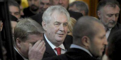 El exprimer ministro socialdemócrata Milos Zeman (c) celebra su victoria hoy en Praga. EFE