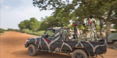 El Ejército de Mali patrulla al norte de la localidad de Diabaly, hoy. EFE
