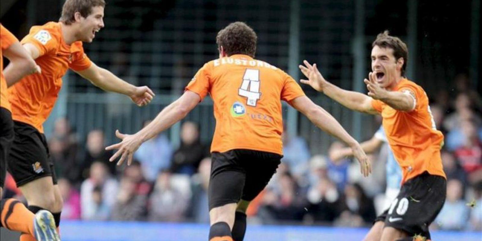 El centrocampista de la Real Sociedad Gorka Elustondo (c) celebra con sus compañeros el gol marcado al Celta de Vigo durante el partido de la vigésimo primera jornada de Liga de Primera División disputado en el estadio de Balaídos de Vigo. EFE