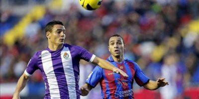 El centrocampista del Levante Nabil El Zhar (d) y el defensa del Real Valladolid Peña intentan alcanzar el balón durante el partido correspondiente a la vigésimo primera jornada de Liga de Primera División disputado en el estadio Ciutat de Valencia. EFE