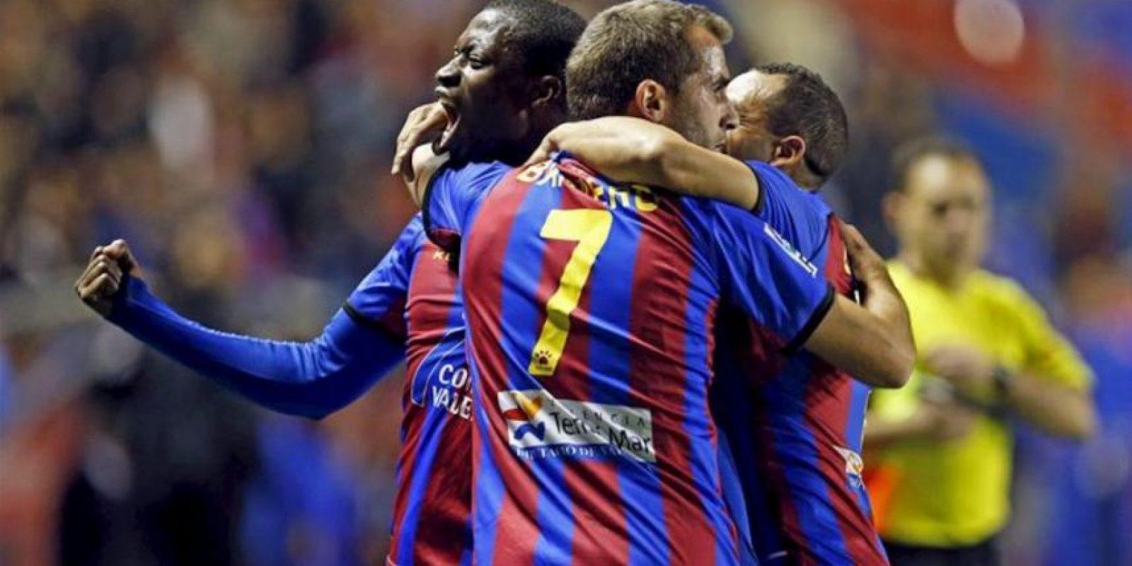 El centrocampista del Levante José Javier Barkero (c) celebra con sus compañeros el gol marcado ante el Valladolid, el primero del equipo, durante el partido correspondiente a la vigésimo primera jornada de Liga de Primera División disputado en el estadio Ciutat de Valencia. EFE