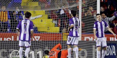 Los jugadores del Valladolid después de que el defensa del club Antonio Rukavina marcase gol en su propia portería dándole la victoria al Levante, durante el partido correspondiente a la vigésimo primera jornada de Liga de Primera División disputado en el estadio Ciutat de Valencia. EFE