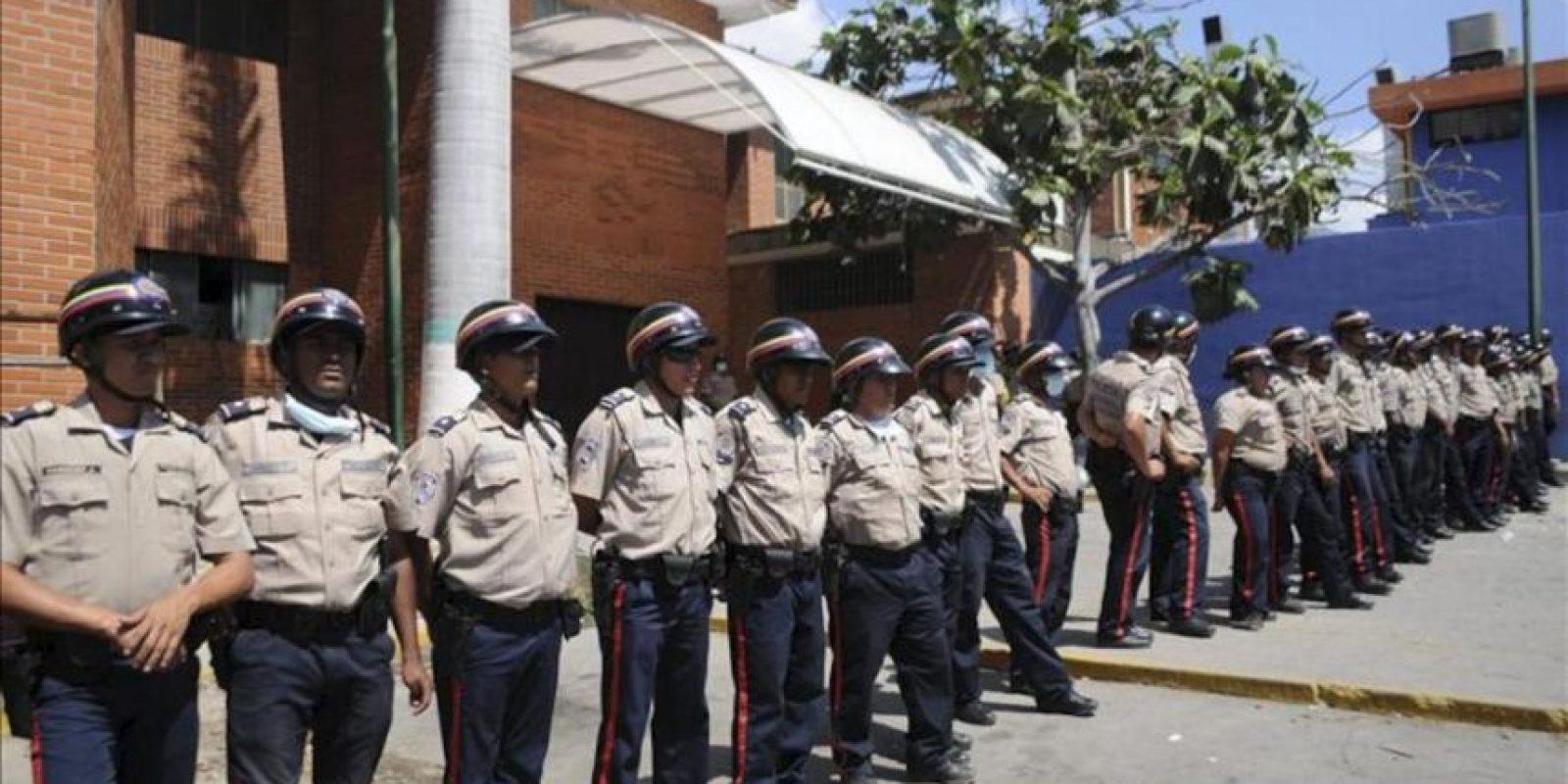 Policías nacionales custodian la entrada de la Morgue de Barquisimeto, Estado Lara (Venezuela). EFE