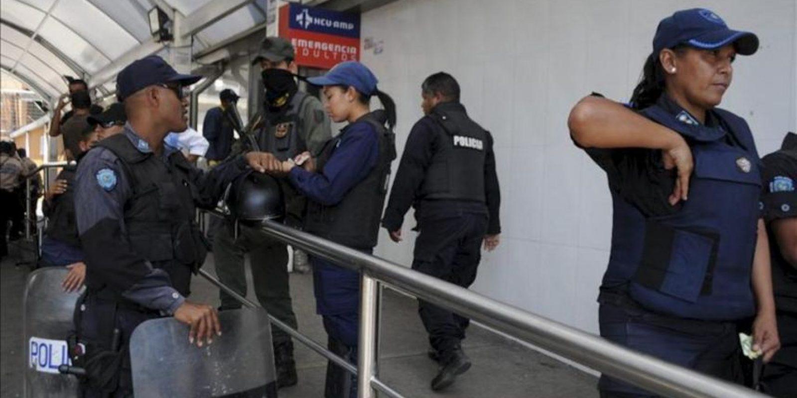 """Policías custodian la entrada a emergencias del Hospital de Barquisimeto, Estado Lara (Venezuela). El vicepresidente de Venezuela, Nicolás Maduro, lamentó las muertes registradas durante un motín ocurrido en la cárcel de Uribana, en el occidente del país, que dejó al menos 54 muertos y 80 heridos, y anunció que la Fiscalía y el Parlamento investigarán estos """"tristes"""" acontecimientos. EFE"""