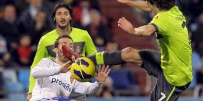 El centrocampista del Real Zaragoza Paco Montañés (i) lucha un balón con el mediocentro del RCD Espanyol Raúl Baena (d), durante el partido de Liga de Primera División disputado en el estadio de La Romareda. EFE
