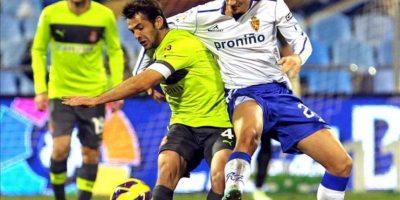 El defensa húngaro del Real Zaragoza Ádám Pintér (d) lucha un balón con el centrocampista del RCD Espanyol Víctor Sánchez durante el partido de Liga de Primera División disputado en el estadio de La Romareda. EFE