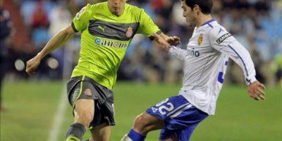 El centrocampista del Real Zaragoza Víctor Rodríguez (d) lucha un balón con el mediocentro del RCD Espanyol Javi López durante el partido de Liga de Primera División disputado en el estadio de La Romareda. EFE