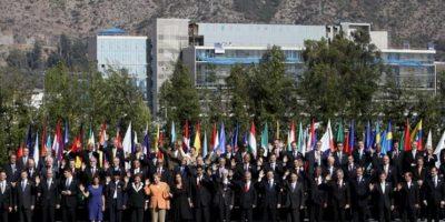 Foto oficial de la primera Cumbre de la Comunidad de Estados Latinoamericanos y Caribeños (Celac) y la Unión Europea (UE) en Santiago de Chile. EFE
