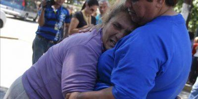 Familiares de reclusos lloran este sábado 26 de enero de 2013, a las puertas de la Morgue de Barquisimeto, Estado Lara (Venezuela). EFE