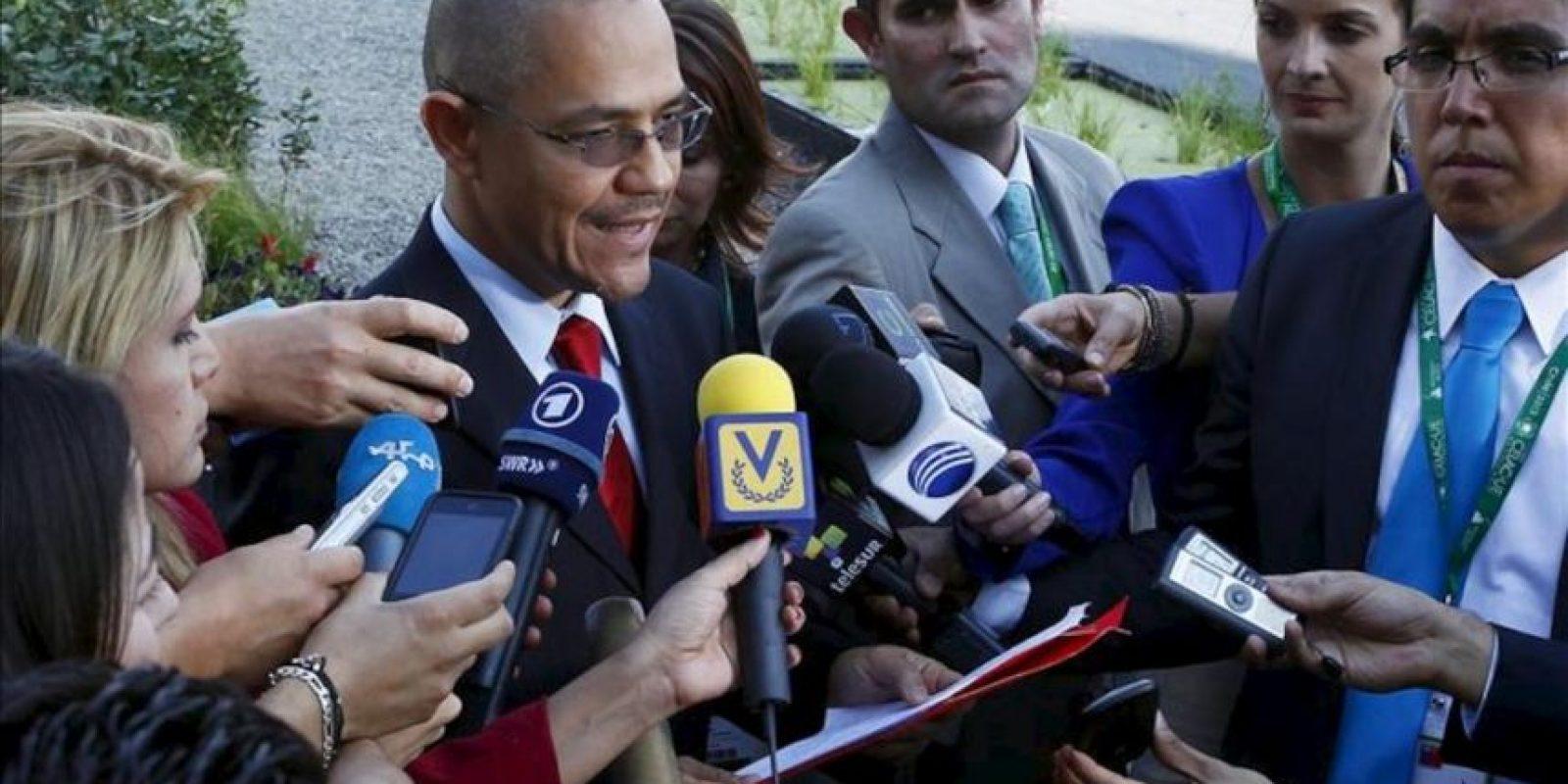 El ministro de Comunicaciones de Venezuela, Ernesto Villegas, lee un comunicado sobre el estado de salud del presidente venezolano, Hugo Chávez, en Santiago de Chile. EFE