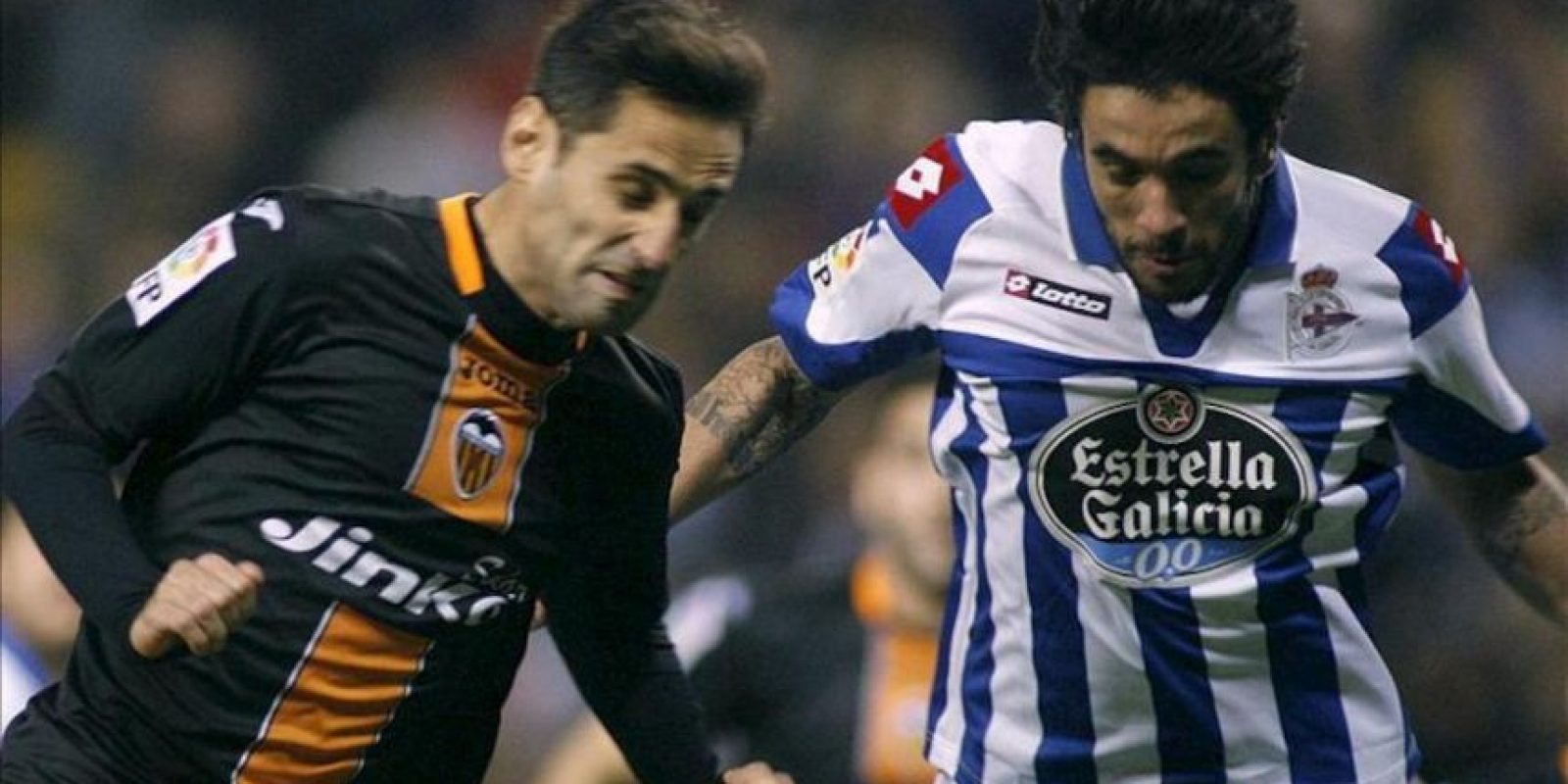 El centrocampista portugués del Deportivo de la Coruña Sílvio Manuel Pereira (d) lucha un balón con el delantero brasileño del Valencia Jonas Gonçalves durante el encuentro de Liga de Primera División disputado en el estadio de Riazor. EFE