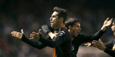 El delantero brasileño del Valencia Jonas Gonçalves (i) celebra con algunos compañeros el gol que ha marcado al Deportivo de la Coruña durante el encuentro de Liga de Primera División. EFE