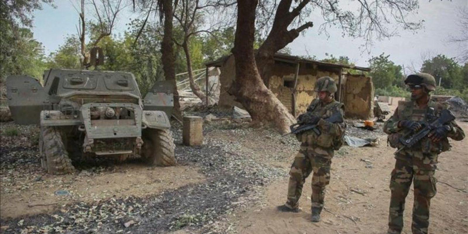Soldados franceses patrullan un cmpamento militar de islamistas en la recién liberada localidad de Dibali (Mali) el pasado miércoles. EFE
