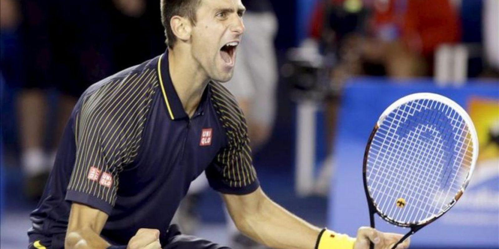 El tenista serbio Novak Djokovic celebra su triunfo en la final del Abierto de Australia frente al británico Andy Murray, hoy en Melbourne. EFE