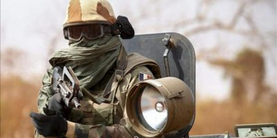 Un soldado francés en un convoy militar vigila las calles de Central Mali. EFE