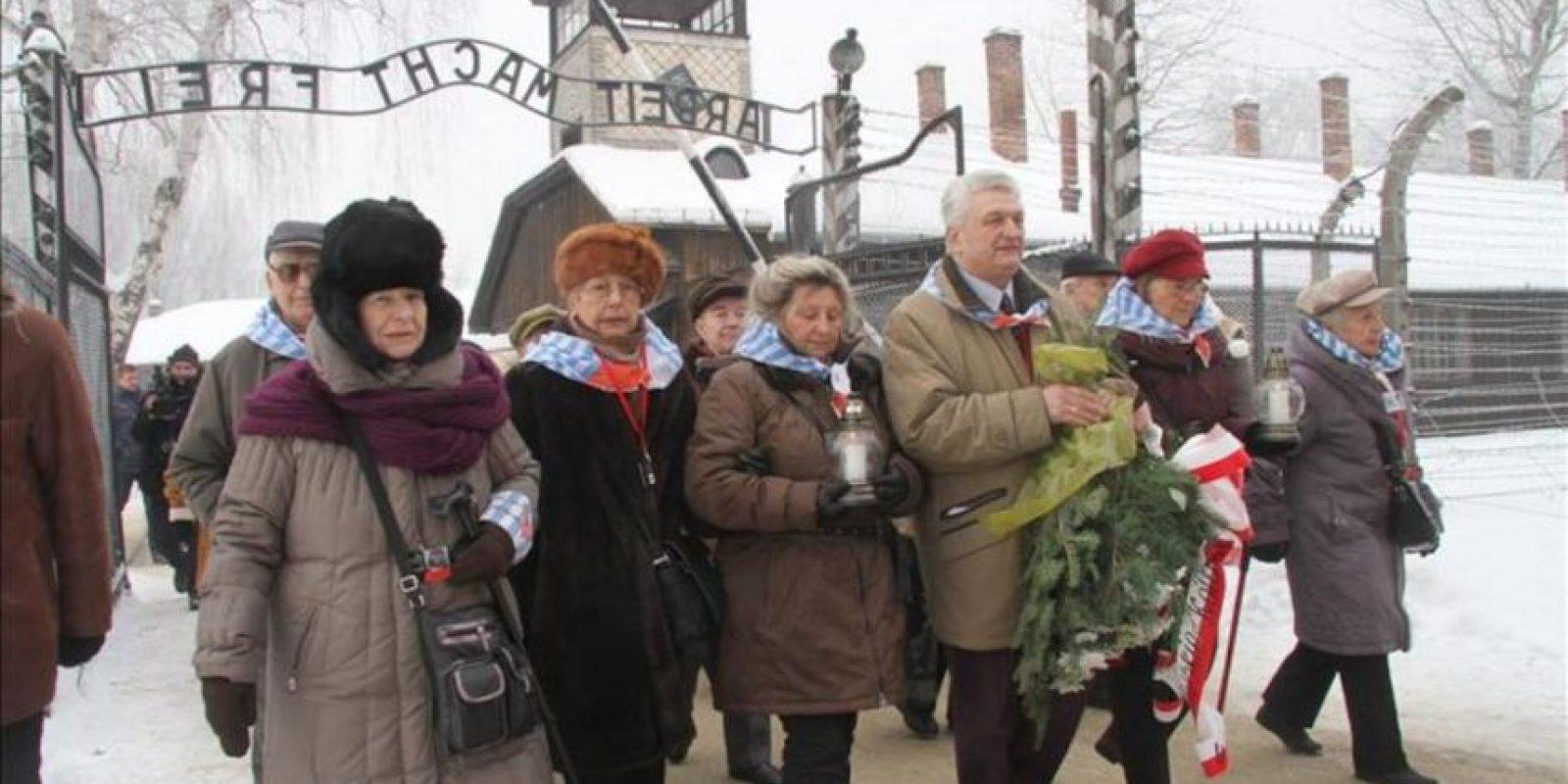 Ex prisioneros del campo de concentración de Auschwitz-Birkenau, en la localidad polaca de Oswiecim, caminan durante el 68 aniversario de la liberación del campo. EFE