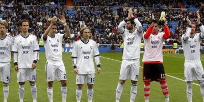 Los jugadores del Real Madrid, visten camisetas con un mensaje de ánimo para su compañero Iker Casillas, recientemente operado de una lesión, al inicio del partido frente al Getafe correspondiente a la vigésimo primera jornada de la Liga de fútbol de Primera División en el estadio Santiago Bernabéu, en Madrid. EFE