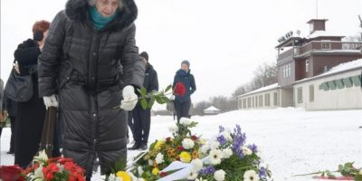 Una mujer deposita floresen el antiguo campo de concentración de Buchenwald, cerca de Weimar, Alemania, hoy. EFE