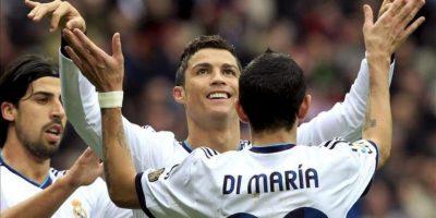 El delantero portugués del Real Madrid, Cristiano Ronaldo (c), celebra con su compañero, el argentino Ángel Di María (d), su segundo gol conseguido frente al Getafe, el tercero del partido, durante el encuentro correspondiente a la vigésimo primera jornada de la Liga de fútbol de Primera División que los dos equipos han disputado este mediodía en el estadio Santiago Bernabéu, en Madrid, y que ha finalizado con victoria de los blancos por 4-0. EFE