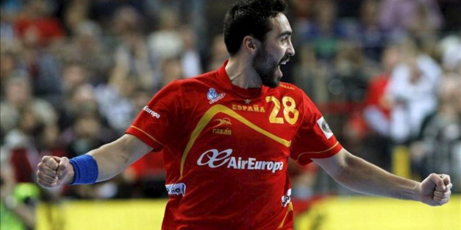 El extremo de la selección española Valero Rivera celebra uno de los goles marcados a Dinamarca durante la final del Campeonato del Mundo de balonmano disputado en el Palau Sant Jordi de Barcelona. EFE