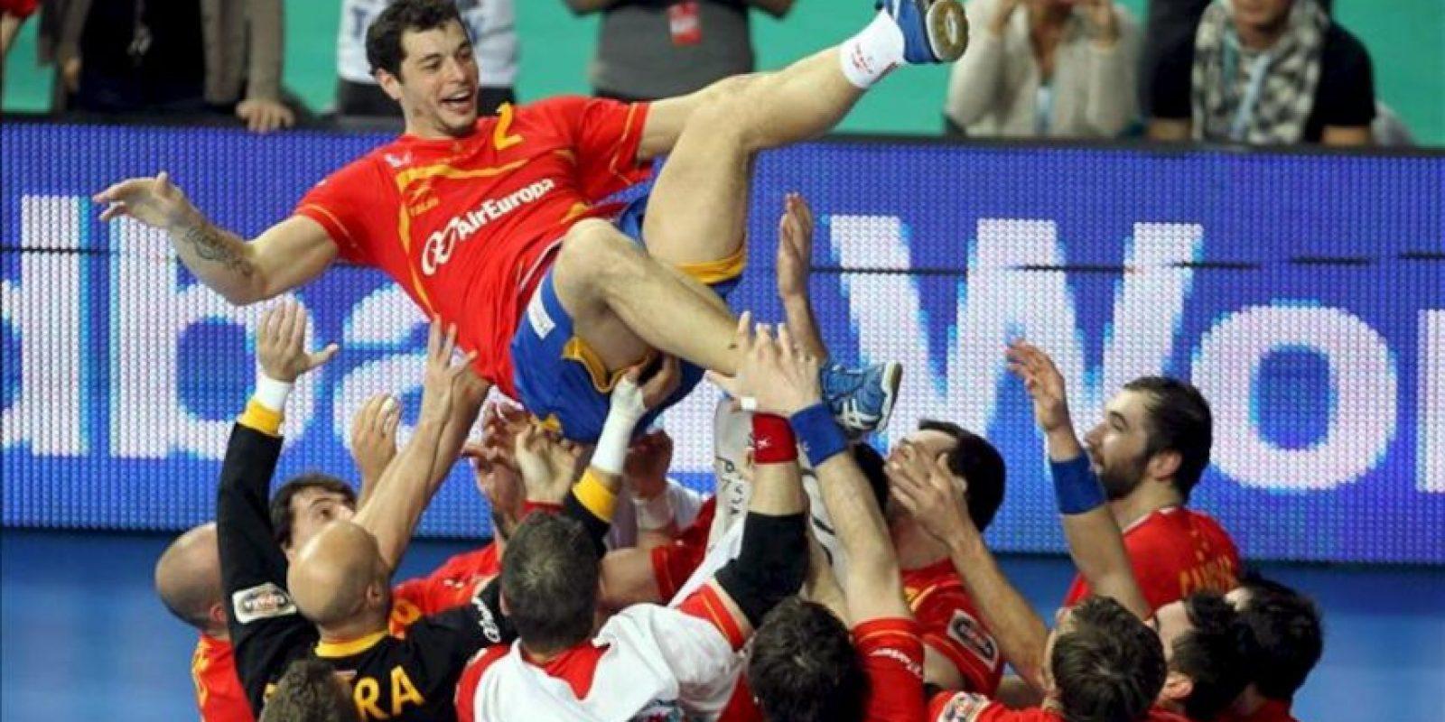 Los jugadores de España mantean a su compañero Alberto Entrerríos tras su victoria ante Dinamarca por 35-19, en la final del Campeonato del Mundo de balonmano que han disputado en el Palau Sant Jordi de Barcelona. Con esta victoria la selección española logra su segundo título mundial de balonmano. EFE