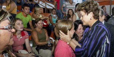 Fotografía cedida por la presidencia de Brasil donde se ve a la mandataria del país, Dilma Rousseff (d), mientras habla con familiares de las víctimas, en Santa María (Brasil), donde un incendio en la discoteca Kiss dejó al menos 233 muertos y 131 heridos. EFE