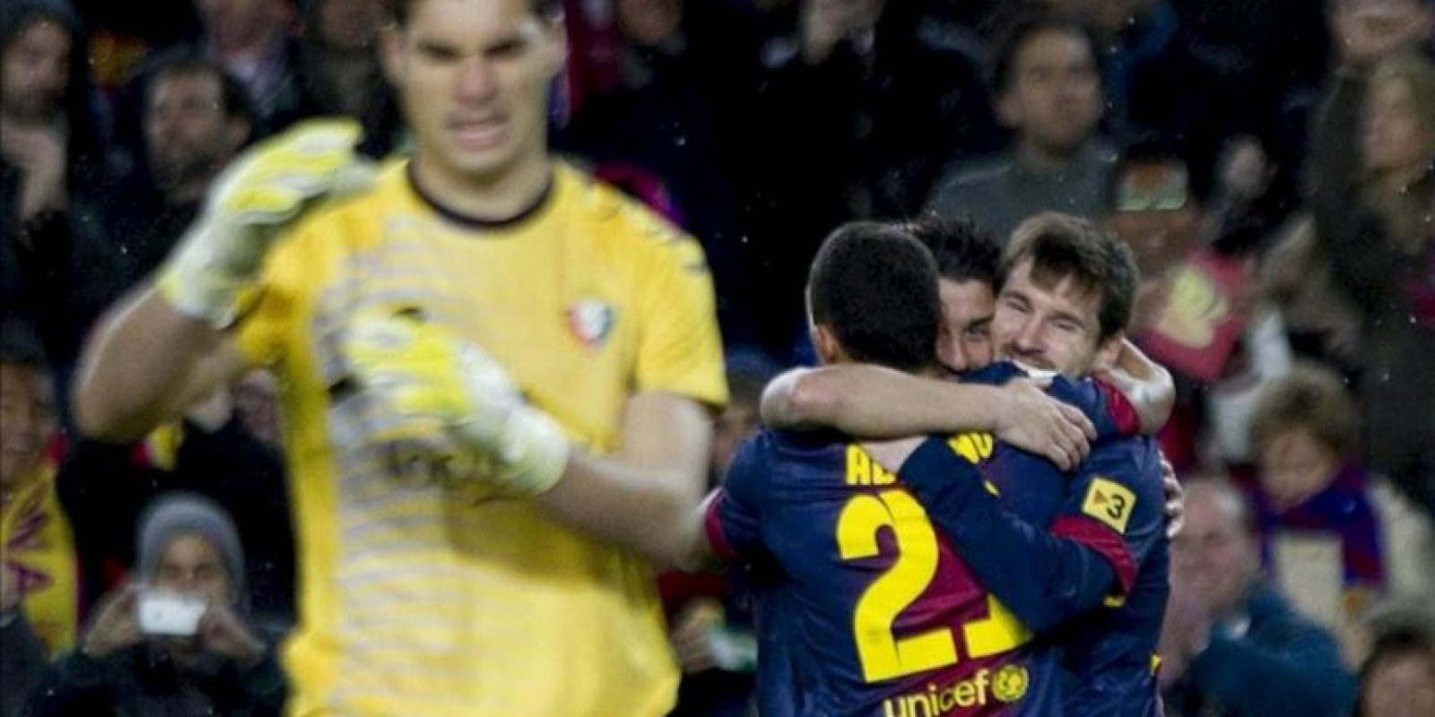 El delantero argentino del FC Barcelona Lionel Andrés Messi (d) celebra con sus compañeros uno de los goles que ha marcado ante el Osasuna durante el partido de la vigésimo primera jornada de Liga de Primera División disputado en el Camp Nou de Barcelona. EFE