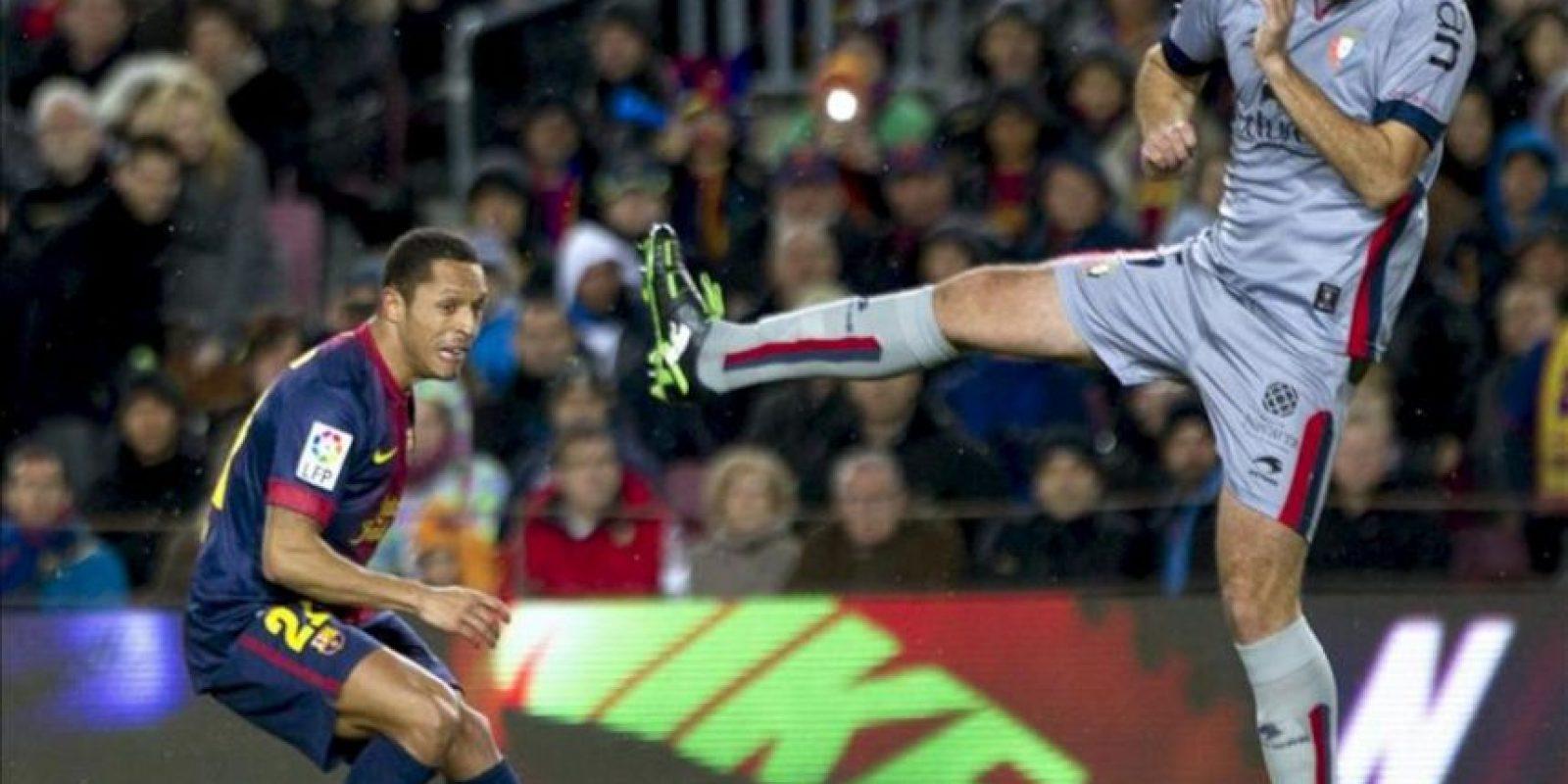 El defensa brasileño del FC Barcelona Adriano Correia (i) y el centrocampista del Osasuna Manuel Ortiz (d) durante el partido de la vigésimo primera jornada de Liga de Primera División disputado en el Camp Nou de Barcelona. EFE