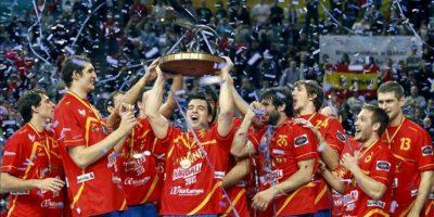 Los jugadores de España celebran su victoria ante Dinamarca por 35-19, en la final del Campeonato del Mundo de balonmano disputado en el Palau Sant Jordi de Barcelona. Con esta victoria la selección española logra su segundo título mundial de balonmano. EFE