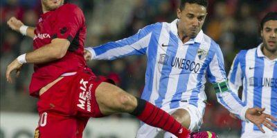 El delantero israelí del RCD Mallorca Tomer Hemed, disputa el balón al defensa brasileño del Málaga CF Weligton de Oliveira (d) durante el partido perteneciente a la vigésimo primera jornada de liga, disputado en el Estadio Iberostar, de la capital balear EFE