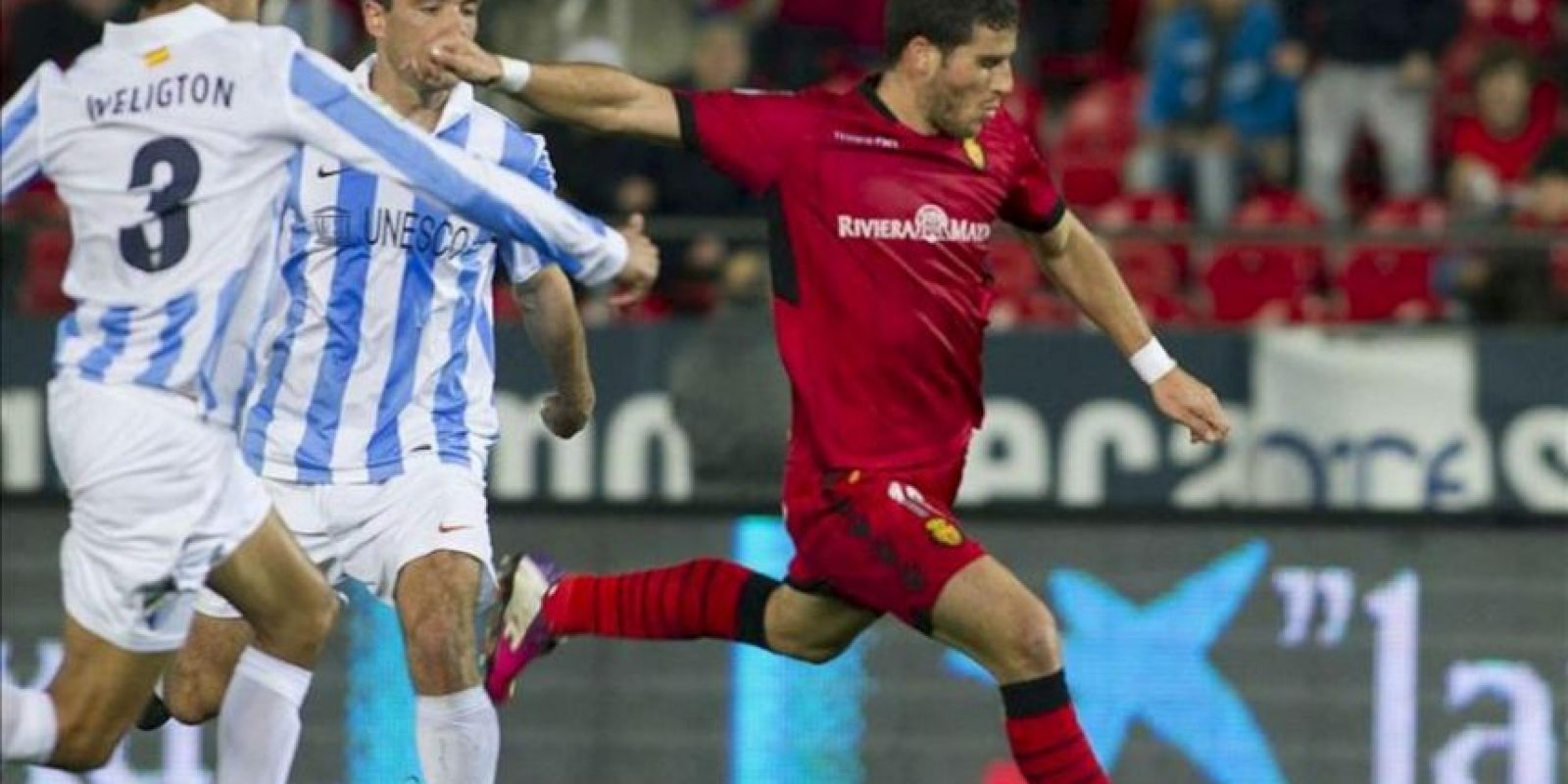 El delantero israelí Tomer Hemed (d) se dispone a lanzar a puerta ante el defensa brasileño del Málaga Weligton de Oliveira (i), durante el partido correspondiente a la vigésimo primera jornada de Liga de Primera División disputado en el Estadio Iberostar, de la capital balear EFE
