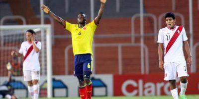 El jugador de Colombia José Leudo (c) celebra el triunfo ante los peruanos Cristian Benavente (i) y Raziel García (d) en un partido del Sudamericano Sub'20, en el estadio Malvinas Argentinas, de Mendoza. Colombia ganó 1-0 y se clasificó al mundial de la categoría en Turquía. EFE