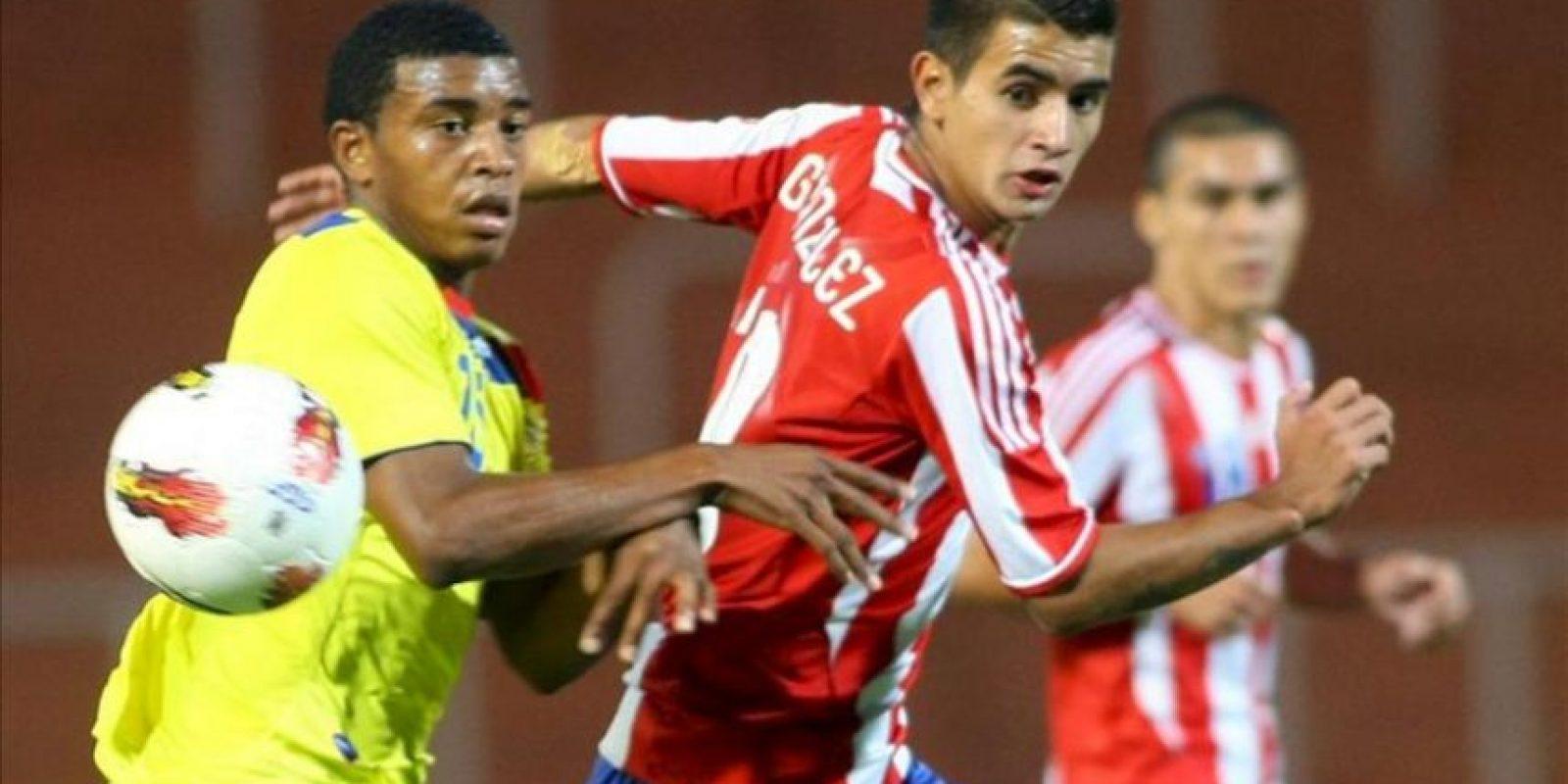 El jugador de Ecuador Michael Arboleda (d) lucha por el balón con Derlis González (d) de Paraguay en un partido del sudamericano sub'20 en el estadio Malvinas Argentinas de Mendoza (Argentina). EFE