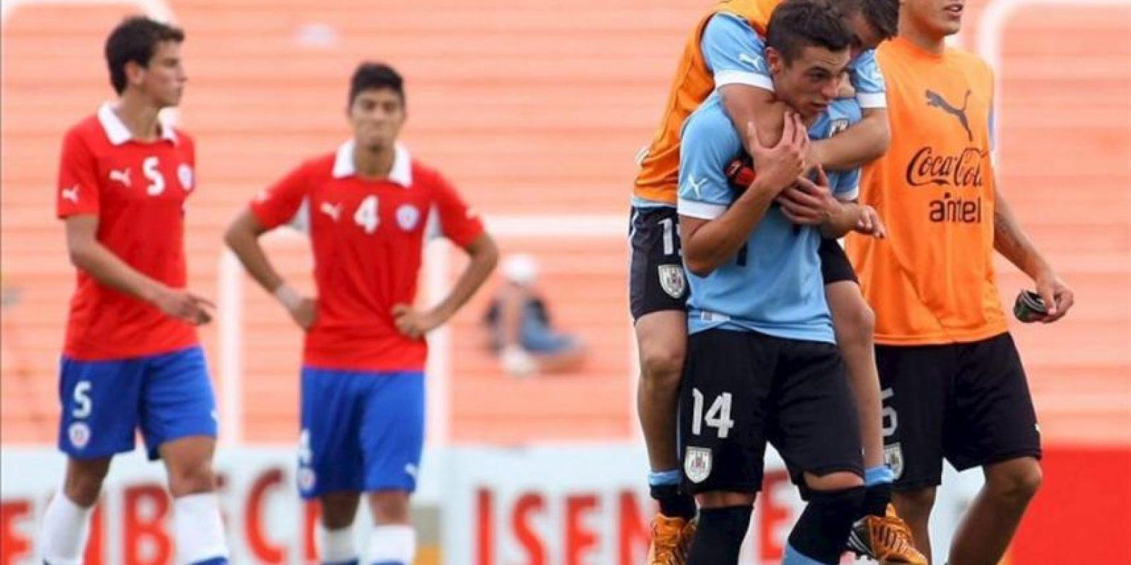 Los jugadores de Uruguay (d) celebran después de vencer a Chile durante un juego por el Campeonato Sudamericano Sub 20 Argentina 2013 en el estadio Malvinas Argentinas de la ciudad de Mendoza, a 1050 km de Buenos Aires (Argentina). EFE