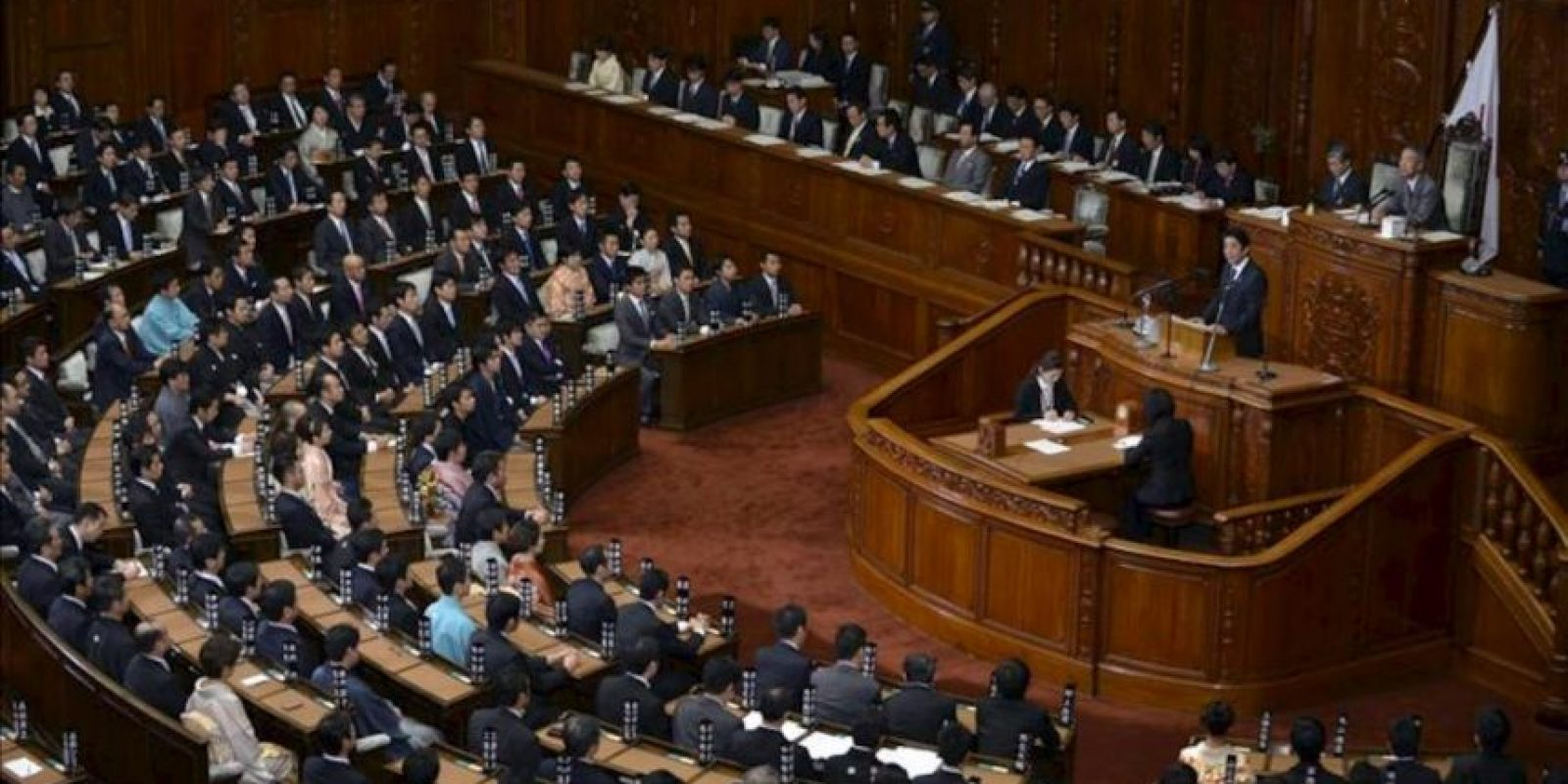 El primer ministro japonés, Shinzo Abe (d), pronuncia un discurso al inicio de una sesión ordinaria de la Dieta (Parlamento), en Tokio, Japón, hoy, lunes 28 de enero de 2013. Abe dió su primer discurso ante los miembros de la Dieta tras su reelección un mes atrás. EFE