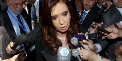 La presidenta argentina, Cristina Fernández, habla con los periodistas antes de ayer en Santiago de Chile. EFE