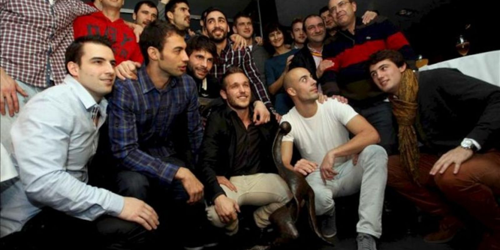 Los jugadores de la selección española de balonmano, posan con el trofeo que les acredita como campeones del mundo 2013, a su llegada a un restaurante de Barcelona, anoche. EFE