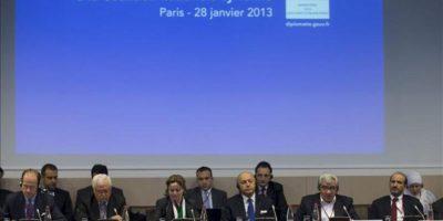 El ministro francés de Asuntos Exteriores, Laurent Fabius (c), el vicepresidente de la Coalición Opositora Siria, Riad Seif (2º dcha), y la componente de la Coalición Suheir Atassi (3ª izq) participan, entre otros, en una rueda de prensa convocada en el ámbito de una reunión de dirigentes de la opositora Coalición Nacional Siria celebrada en París (Francia). EFE