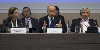 El ministro francés de Asuntos Exteriores, Laurent Fabius (c), el vicepresidente de la Coalición Opositora Siria, Riad Seif (dcha), y la componente de la Coalición Suheir Atassi (izq) durante una rueda de prensa hoy en el ámbito de una reunión de dirigentes de la opositora Coalición Nacional Siria celebrada en París (Francia). EFE