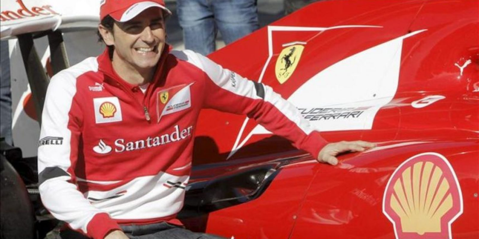 El español Pedro de la Rosa, probador de la escudería Ferrari, la de su compatriota el doble campeón mundial de F1 Fernando Alonso y el brasileño Felipe Massa, durante la Gala de Campeones de karting celebrada hoy en la Ciudad Financiera del banco Santander, en Boadilla del Monte (Madrid). EFE