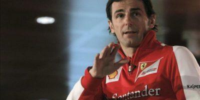 El español Pedro de la Rosa, probador de la escudería Ferrari, imparte una clase para jóvenes pilotos durante la Gala de Campeones de Karting celebrada hoy en la Ciudad Financiera del banco Santander, en Boadilla del Monte (Madrid). EFE
