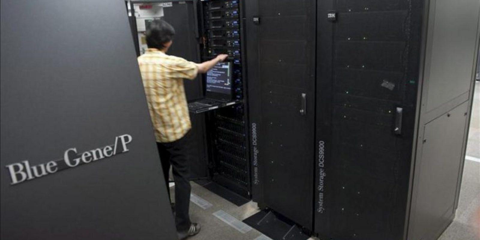 """Imagen de archivo del superordenador IBM Blue Gene/P utilizado por el equipo Blue Brain del proyecto europeo """"Human Brain Project"""" (HBP), de la École Polythechnique Féderale de Lausanne, en Lausana (Suiza). EFE"""